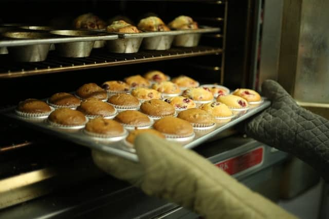 what is the difference between cooking and baking